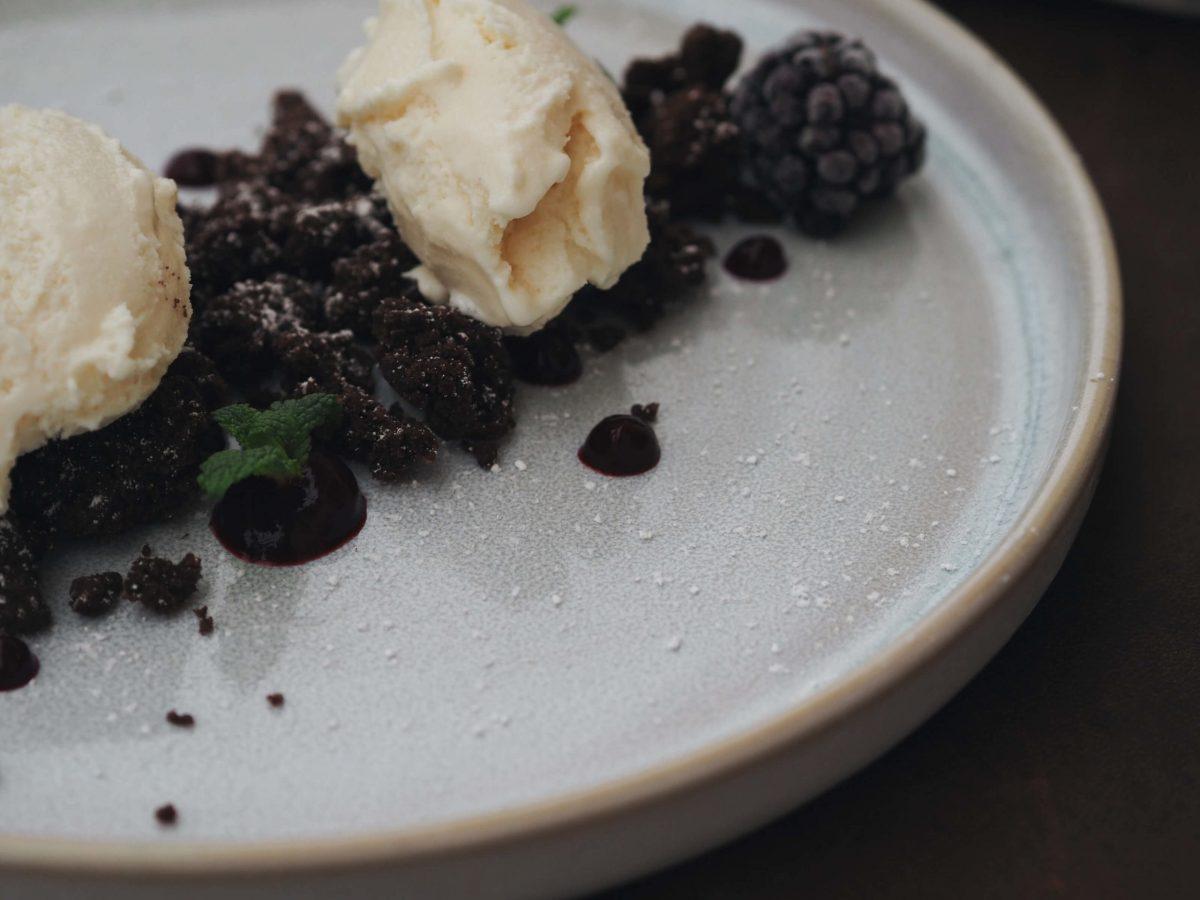 Schokoladenstreusel |Vanilleeis |Beerenkompott