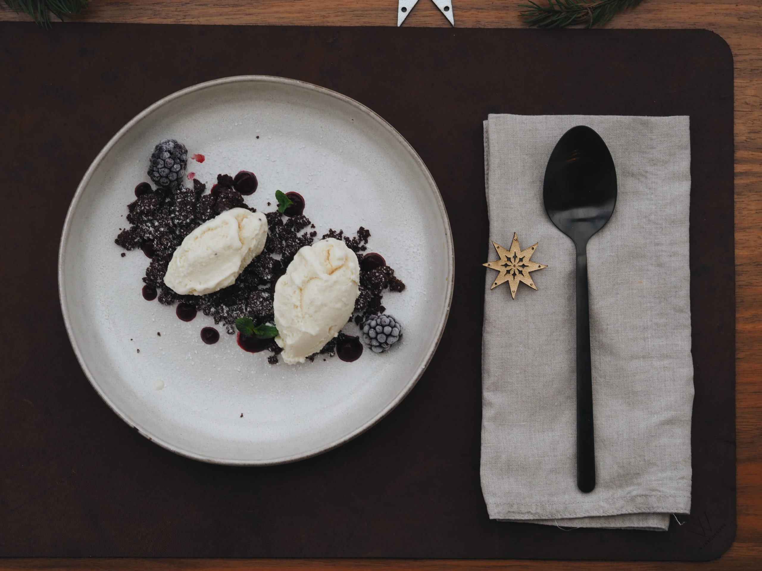 Weihnachtsdessert |Vanilleeis |Schokolade |Beeren