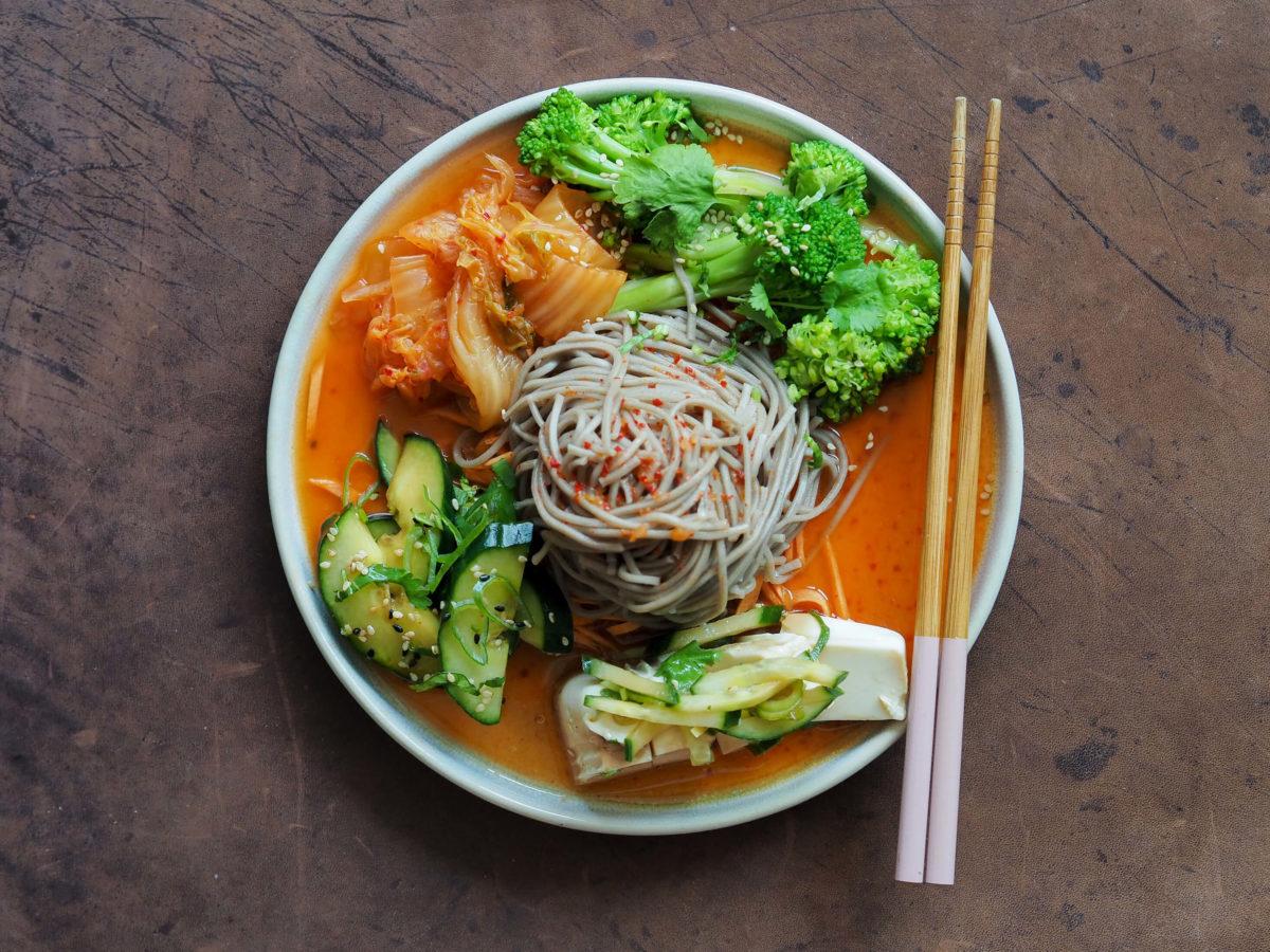Kimchi Sobanudelsalat   Brokkoli   Koriander   Gurke