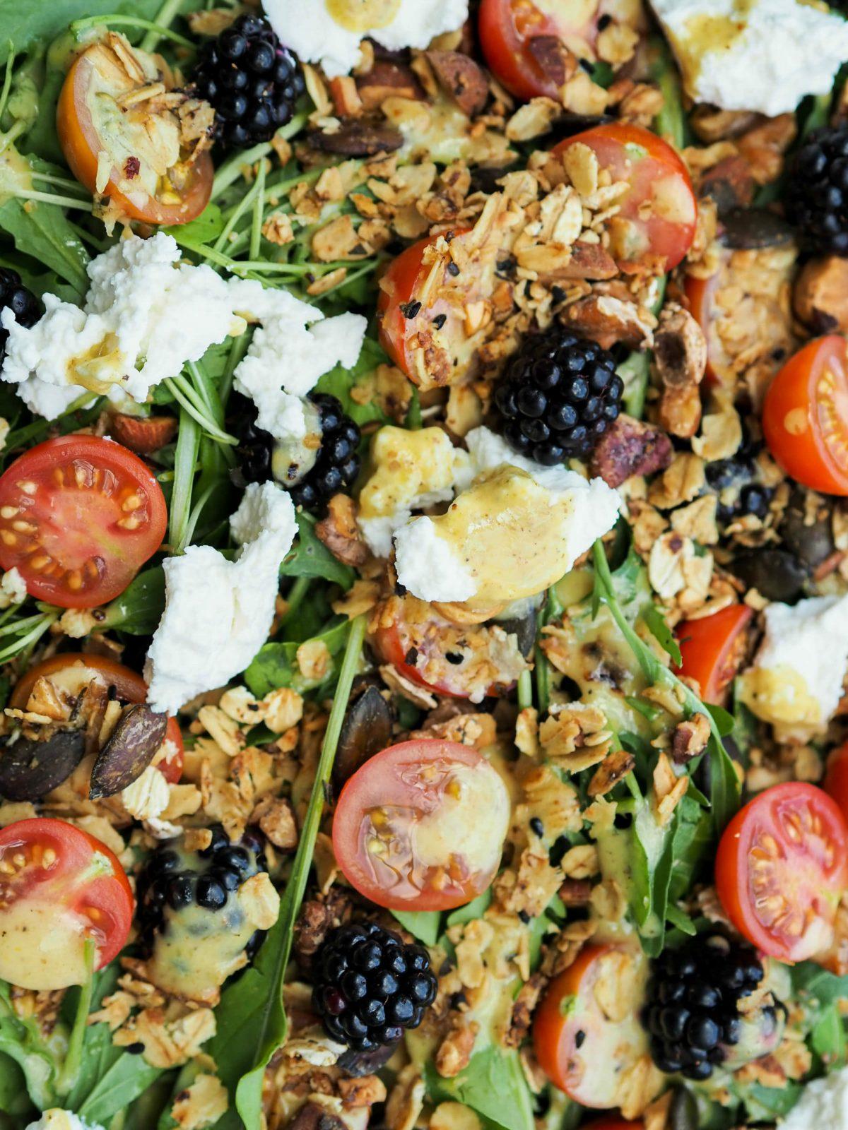 Herbstsalat |salziges Granola |Brombeeren |Tomaten