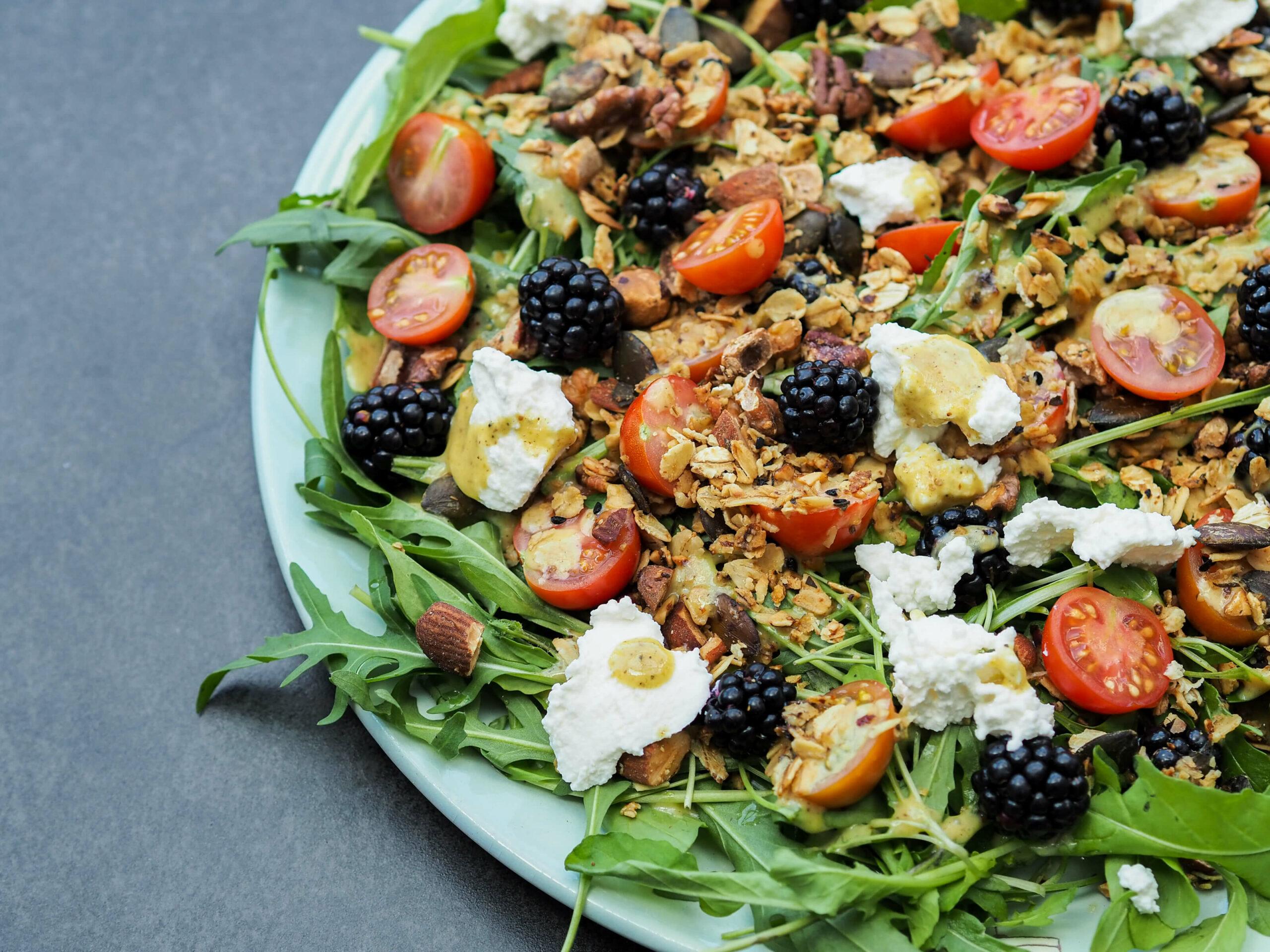 Herbstsalat |salziges Granola |Rucola | Tomaten |Ricotta