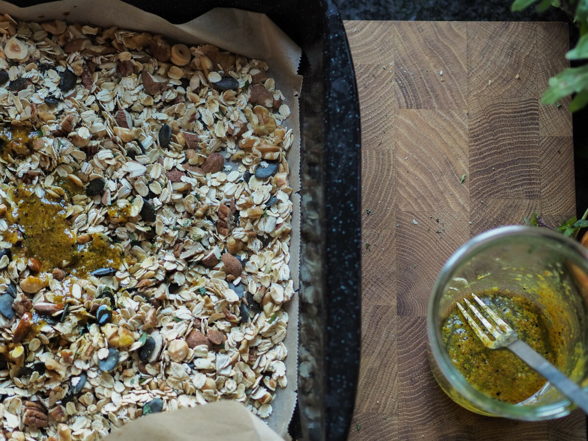 salziges Granola  Dressing  Senf  Olivenöl  Kräuter